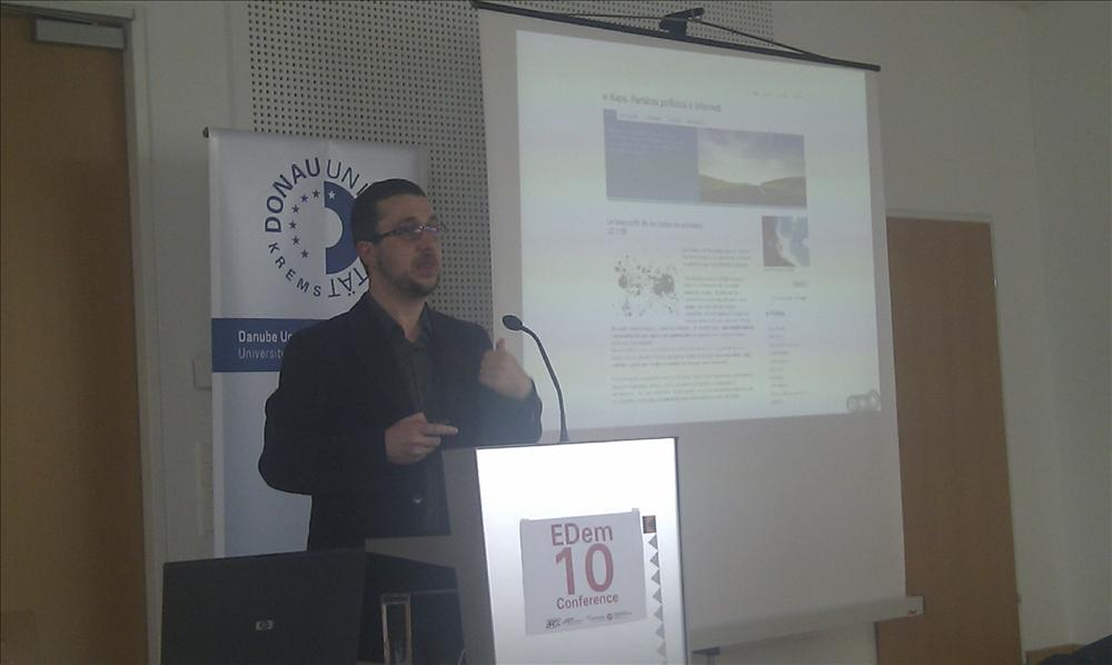Ismael Peña-López speaking at the eDem10 conference