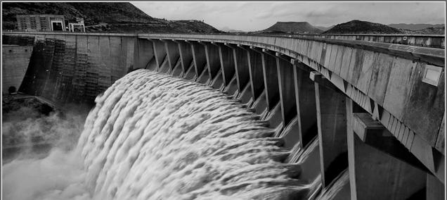 Fotografía de una presa abriendo esclusas