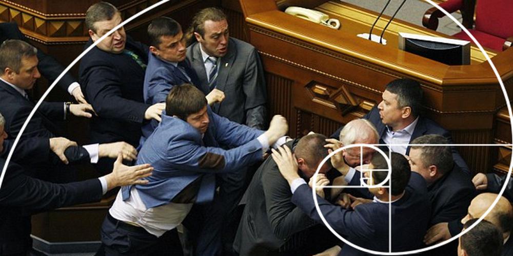 Diputados peleándose en el parlamento de Ucrania
