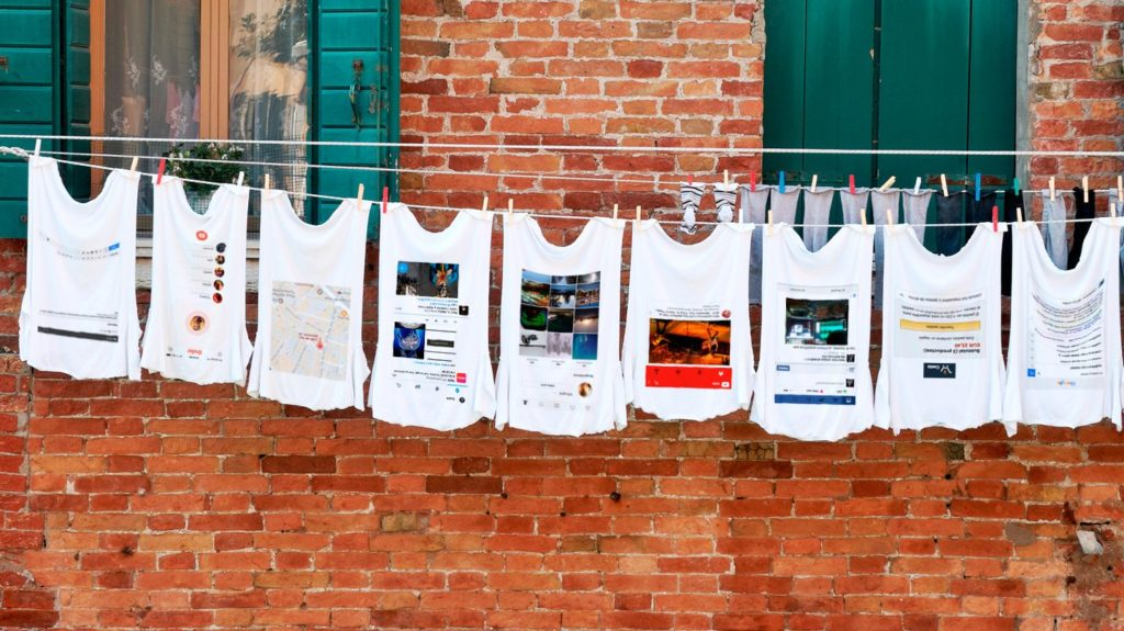 Fotografía de ropa tendida con datos personales estampados en ella