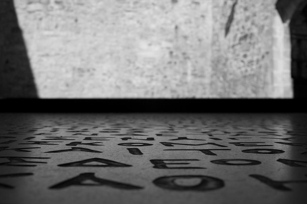 Fotografía de una réplica de la piedra Rosetta